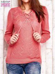 Różowy dzianinowy sweter z wiązaniem