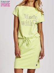 SZielona sukienka dresowa wiązana w pasie z aplikacją z dżetów