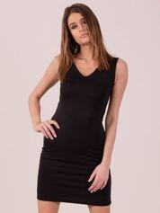Sukienka czarna dopasowana z trójkątnym dekoltem