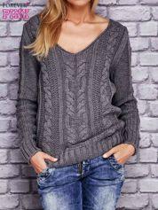 Sweter z warkoczowym wzorem szary