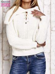 Sweter z wiązaniem i szerokim kołnierzem ecru