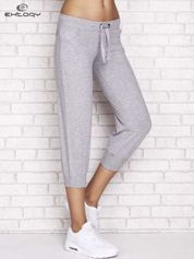 Szare spodnie dresowe capri z dżetami i troczkiem