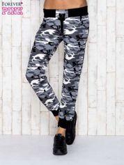 Szare spodnie dresowe moro ze ściągaczem