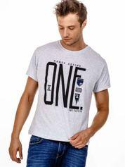 Szary t-shirt męski z nadrukiem i napisem ONE