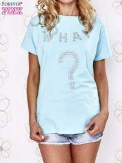 Turkusowy t-shirt z napisem i trójkątnym wycięciem na plecach