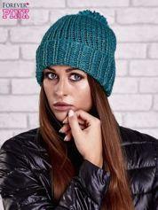 Zielona czapka z metaliczną nicią i pomponem