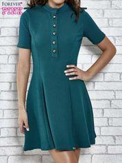 Zielona rozkloszowana sukienka ze złotymi guzikami
