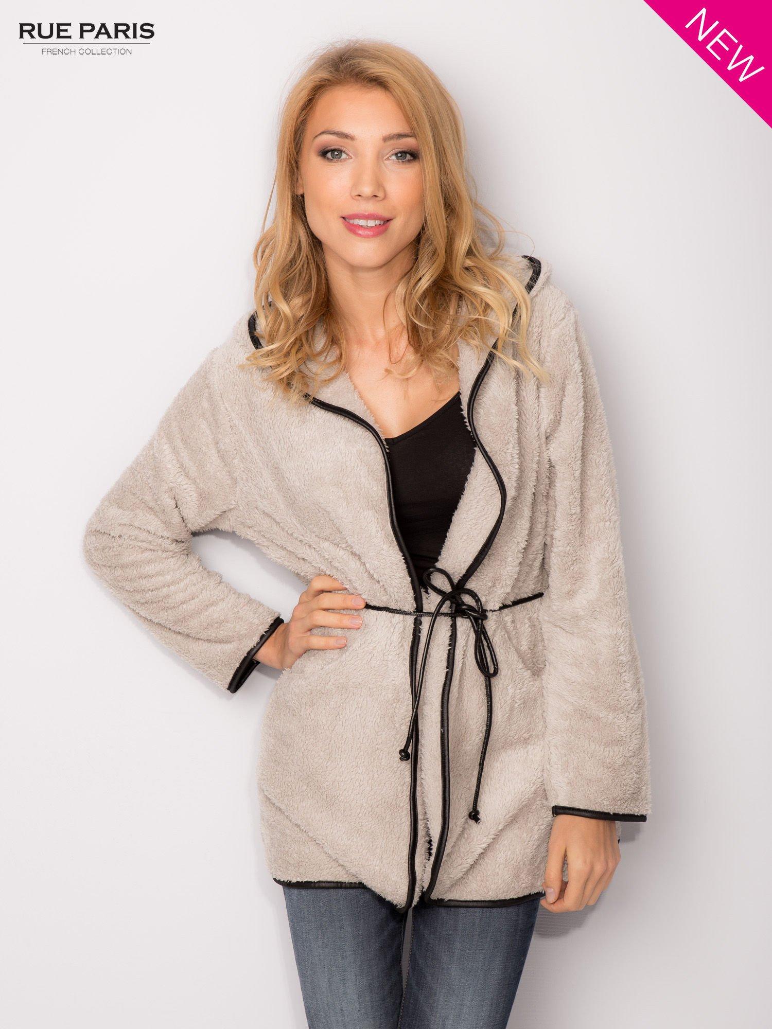 Beżowa bluza z kapturem ze skórzanym paskiem i lamówką                                  zdj.                                  2