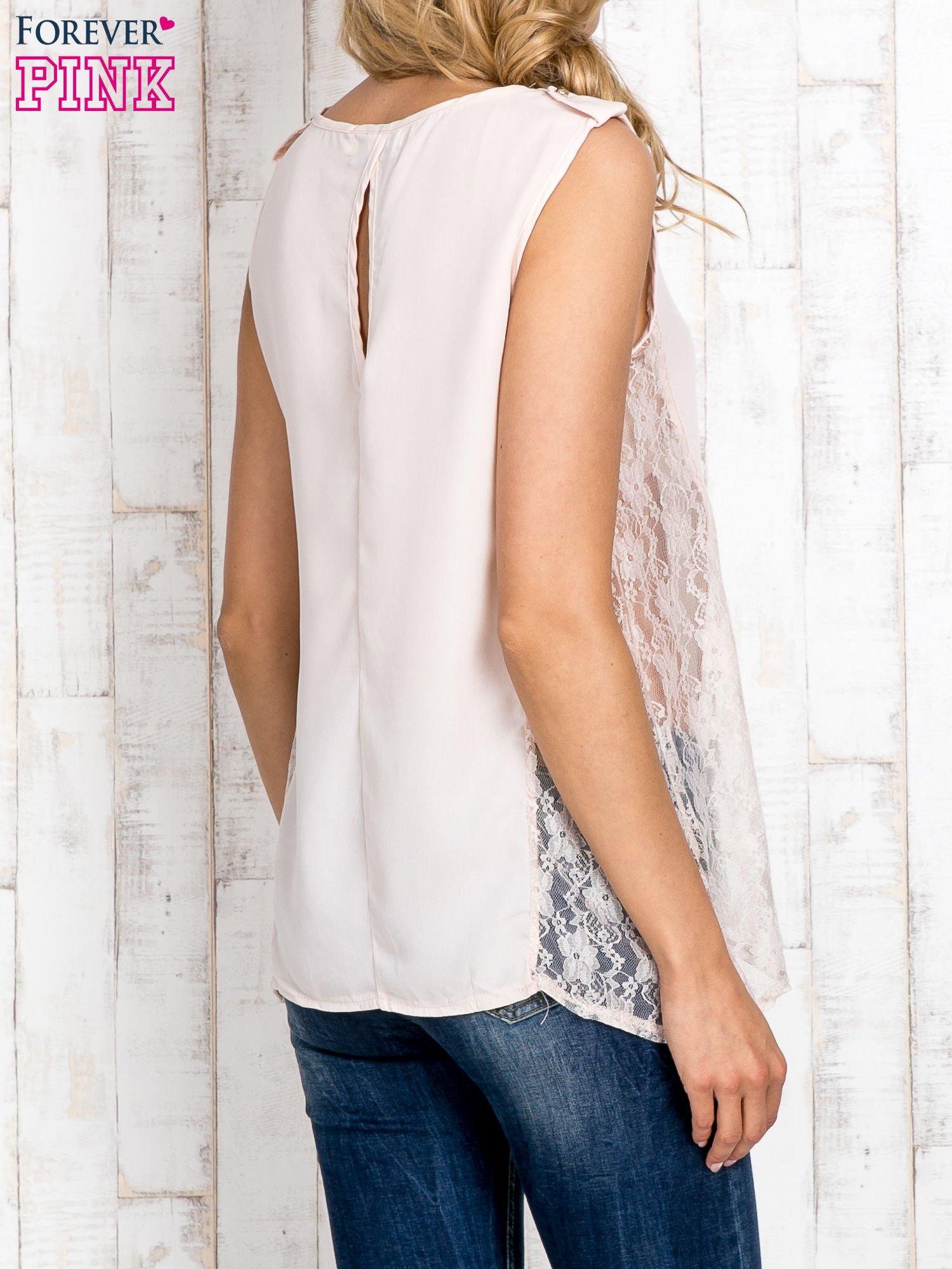 Beżowa bluzka koszulowa z koronkowymi wstawkami na bokach                                  zdj.                                  4