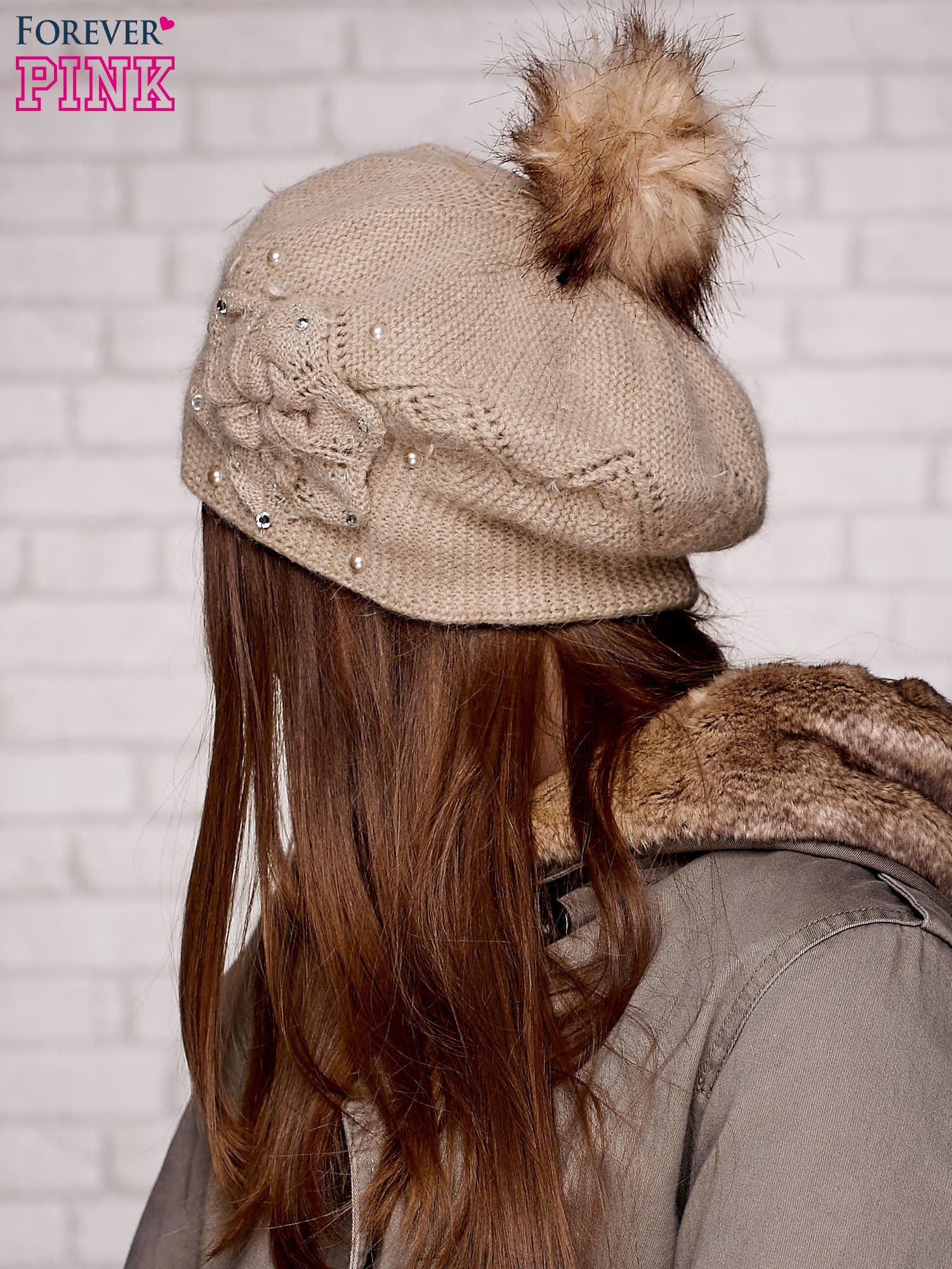Beżowa czapka z ozdobnym kwiatem i pomponem                                  zdj.                                  2