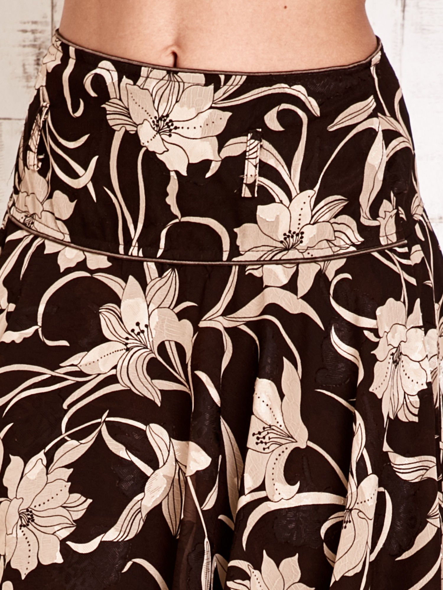 Beżowa spódnica w kwiaty z karczkiem                                  zdj.                                  5