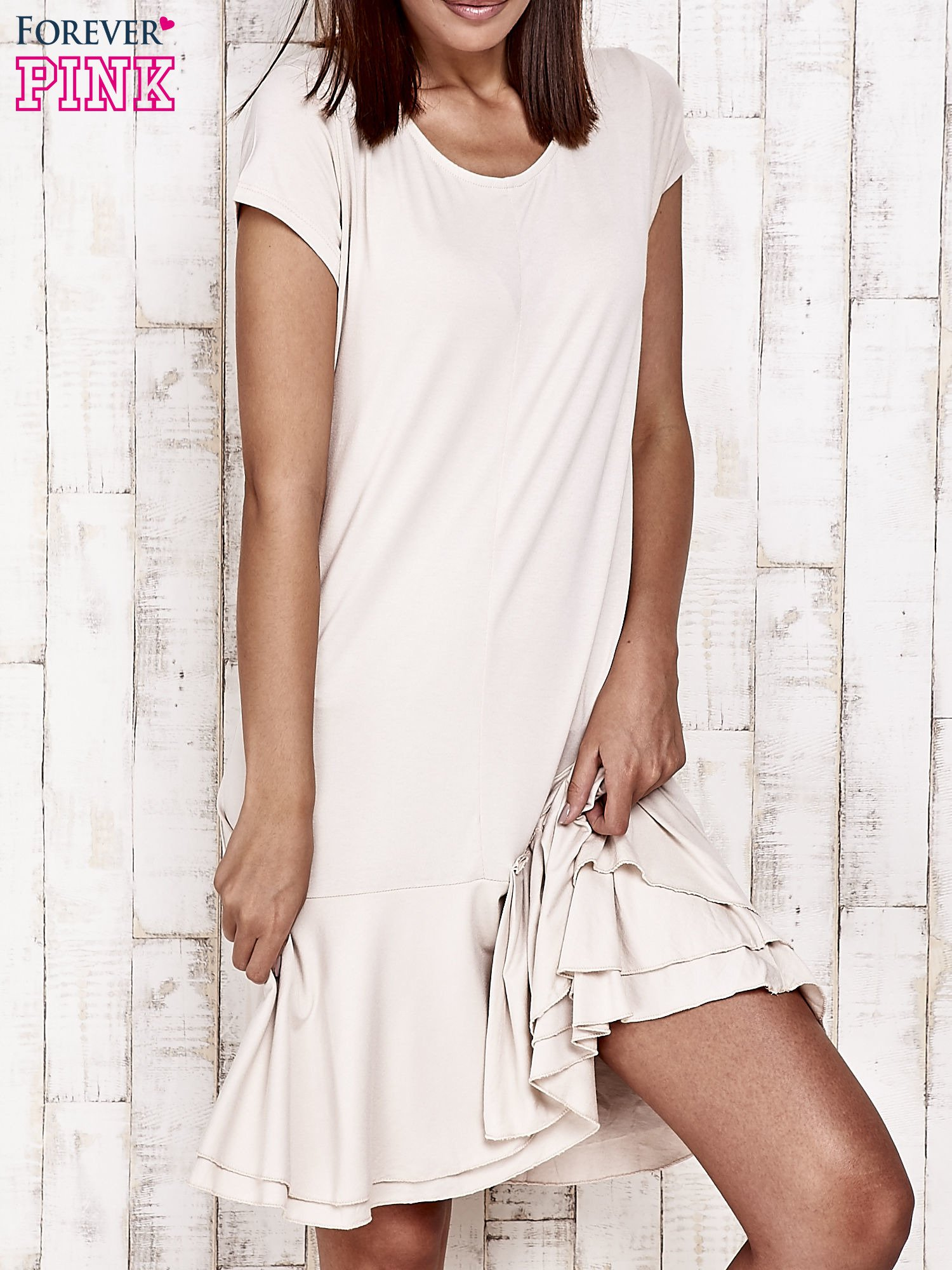 Beżowa sukienka dresowa z ozdobną falbaną                                  zdj.                                  1