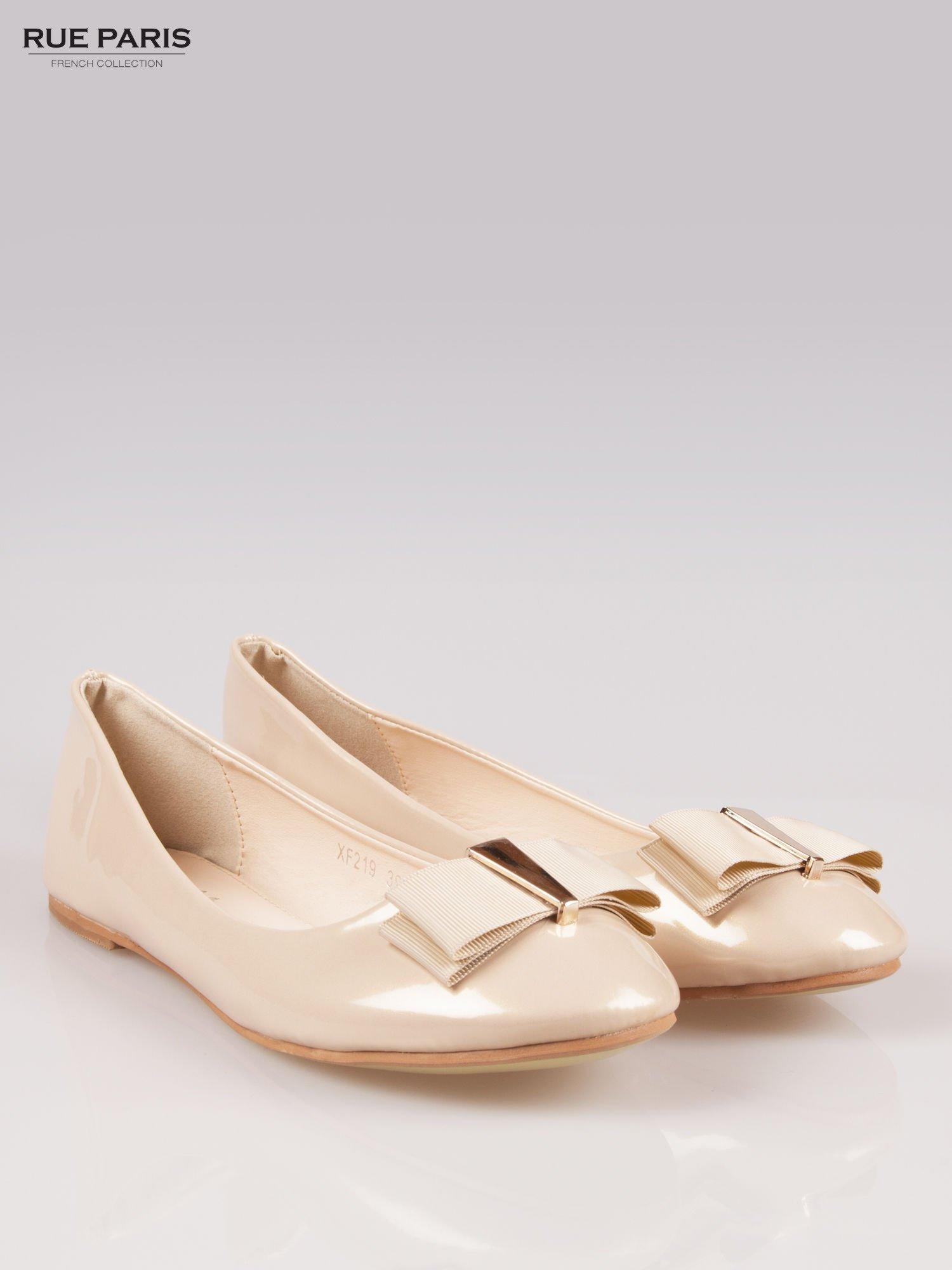 Beżowe błyszczące balerinki faux leather Melanie z kokardką                                  zdj.                                  2