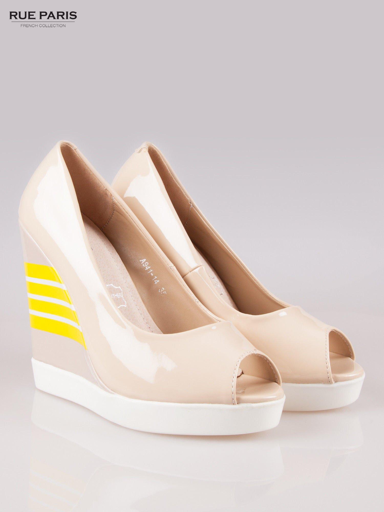 Beżowe lakierowane buty dual material peep toe na wzorzystym koturnie                                  zdj.                                  2