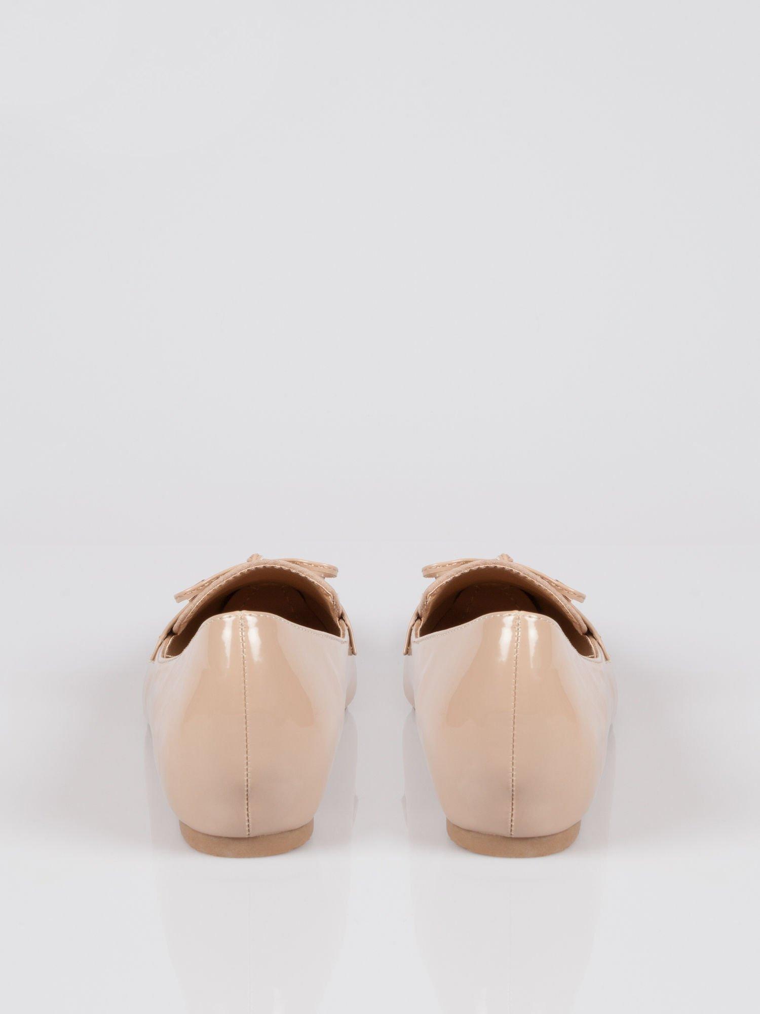 Beżowe lakierowane mokasyny faux polish leather z kokardką                                  zdj.                                  2