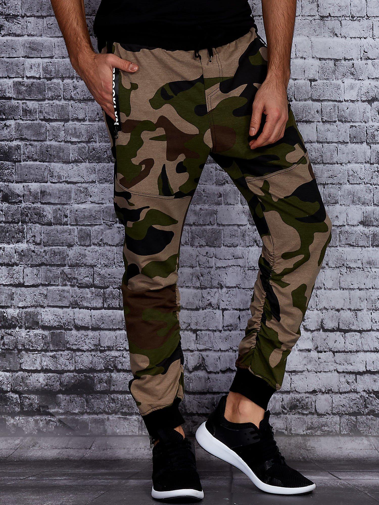 Beżowe spodnie męskie joggery we wzór moro