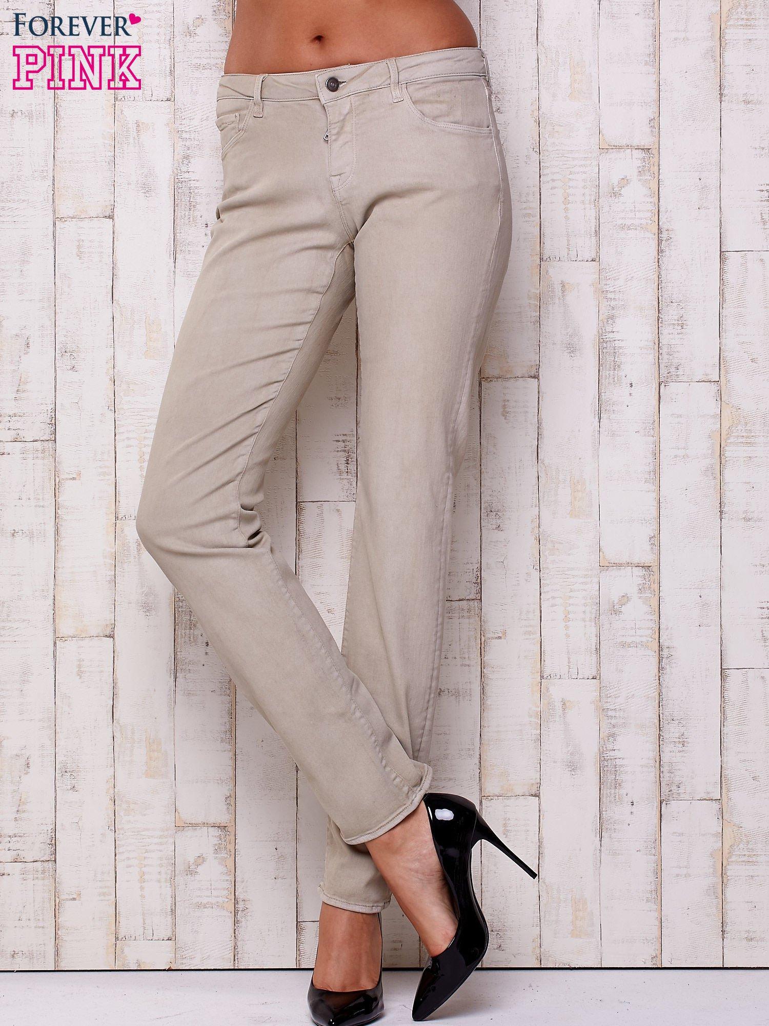 Beżowe spodnie o prostym kroju                                  zdj.                                  1