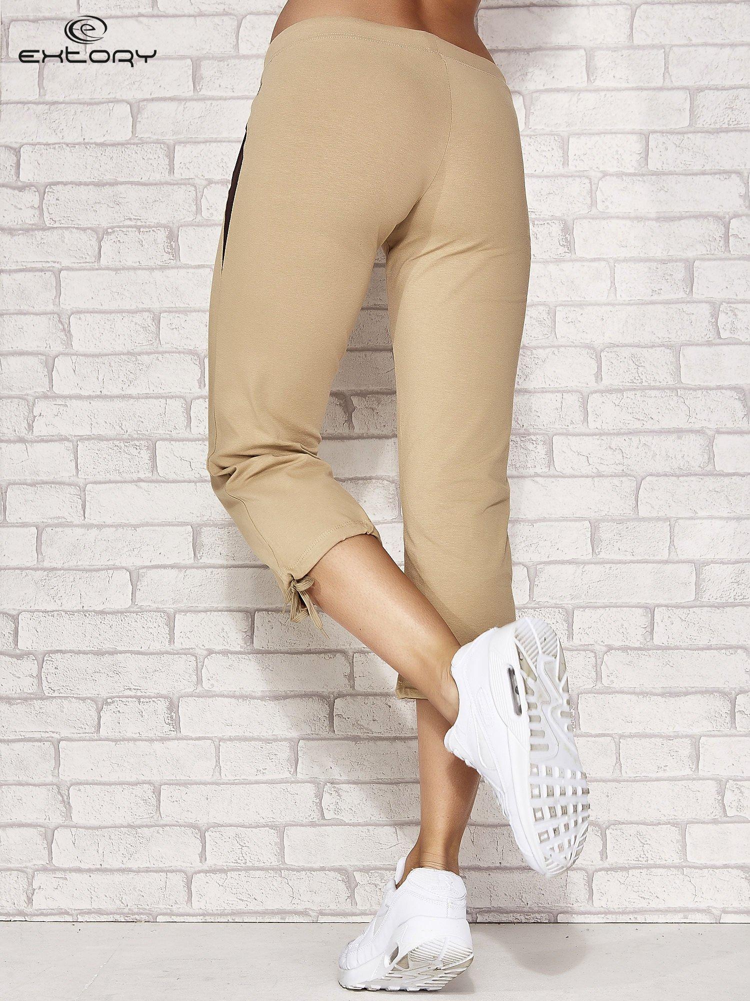 Beżowe spodnie sportowe capri ze wstawkami                                  zdj.                                  2