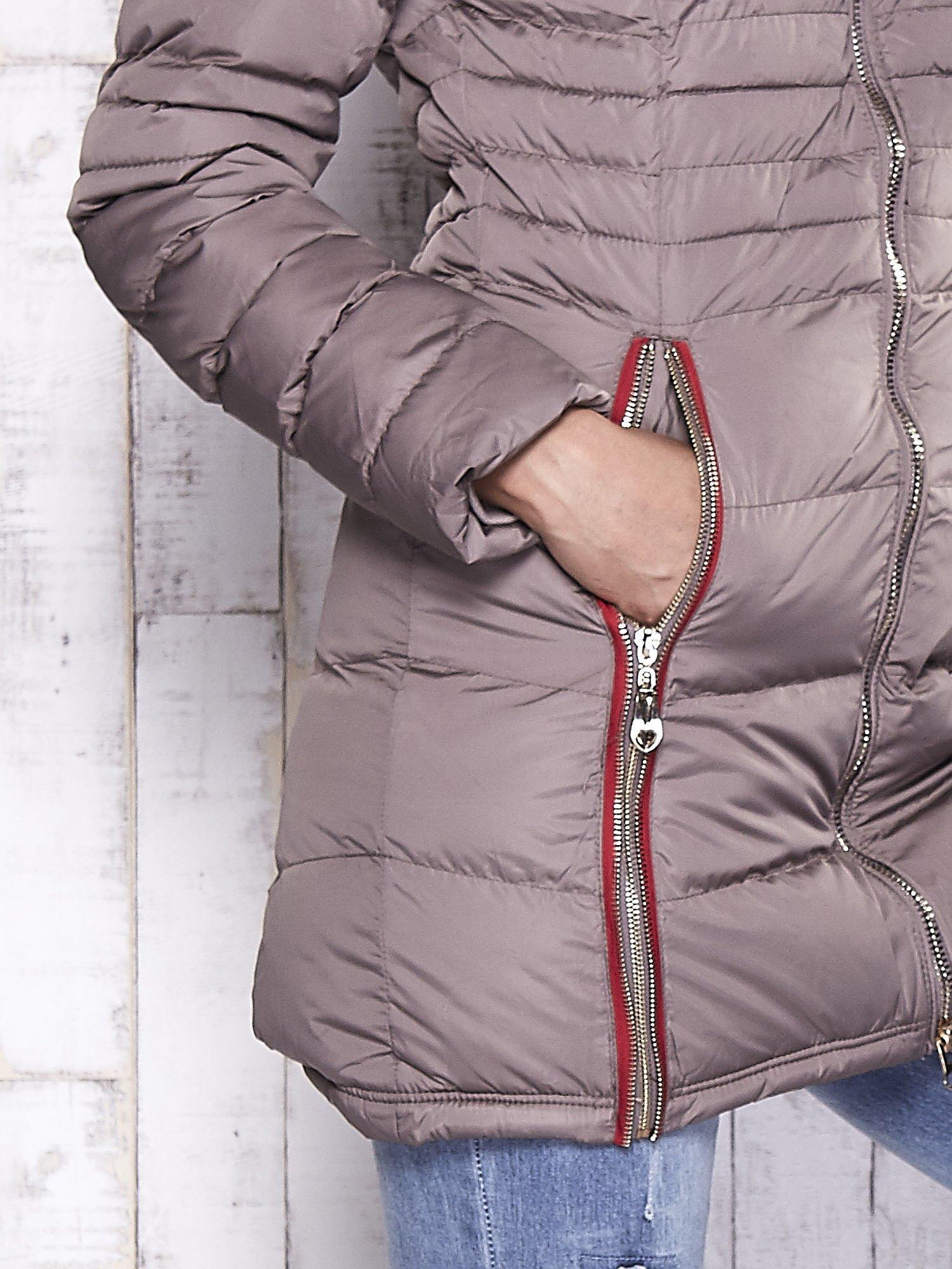 Beżowy pikowany płaszcz ze złotymi suwakami                                  zdj.                                  6