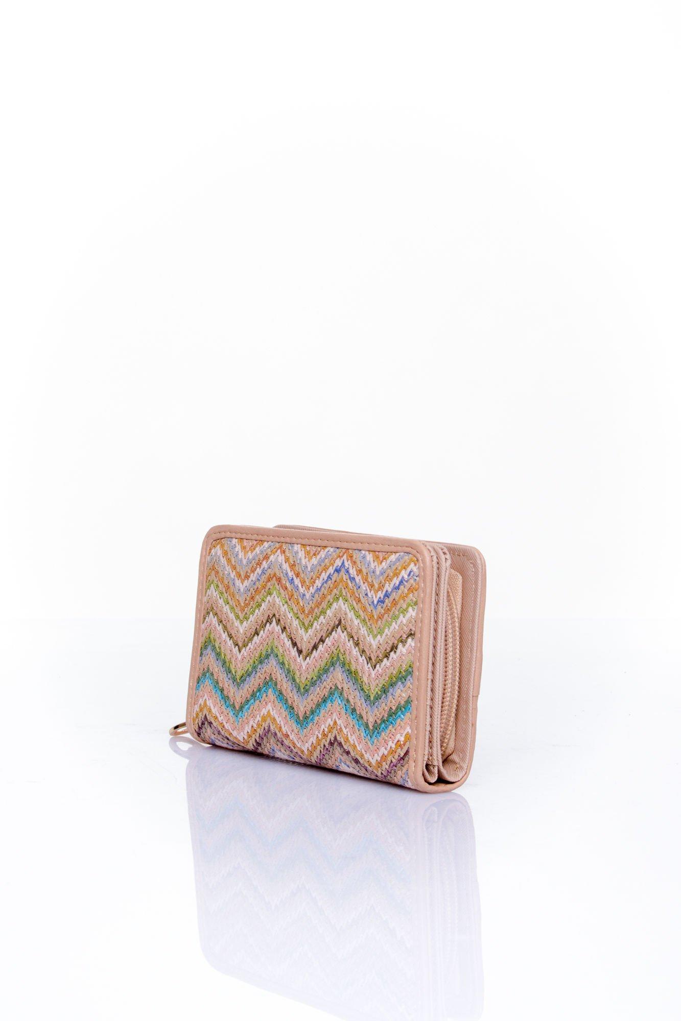 Beżowy portfel z motywem geometrycznej plecionki                                  zdj.                                  2