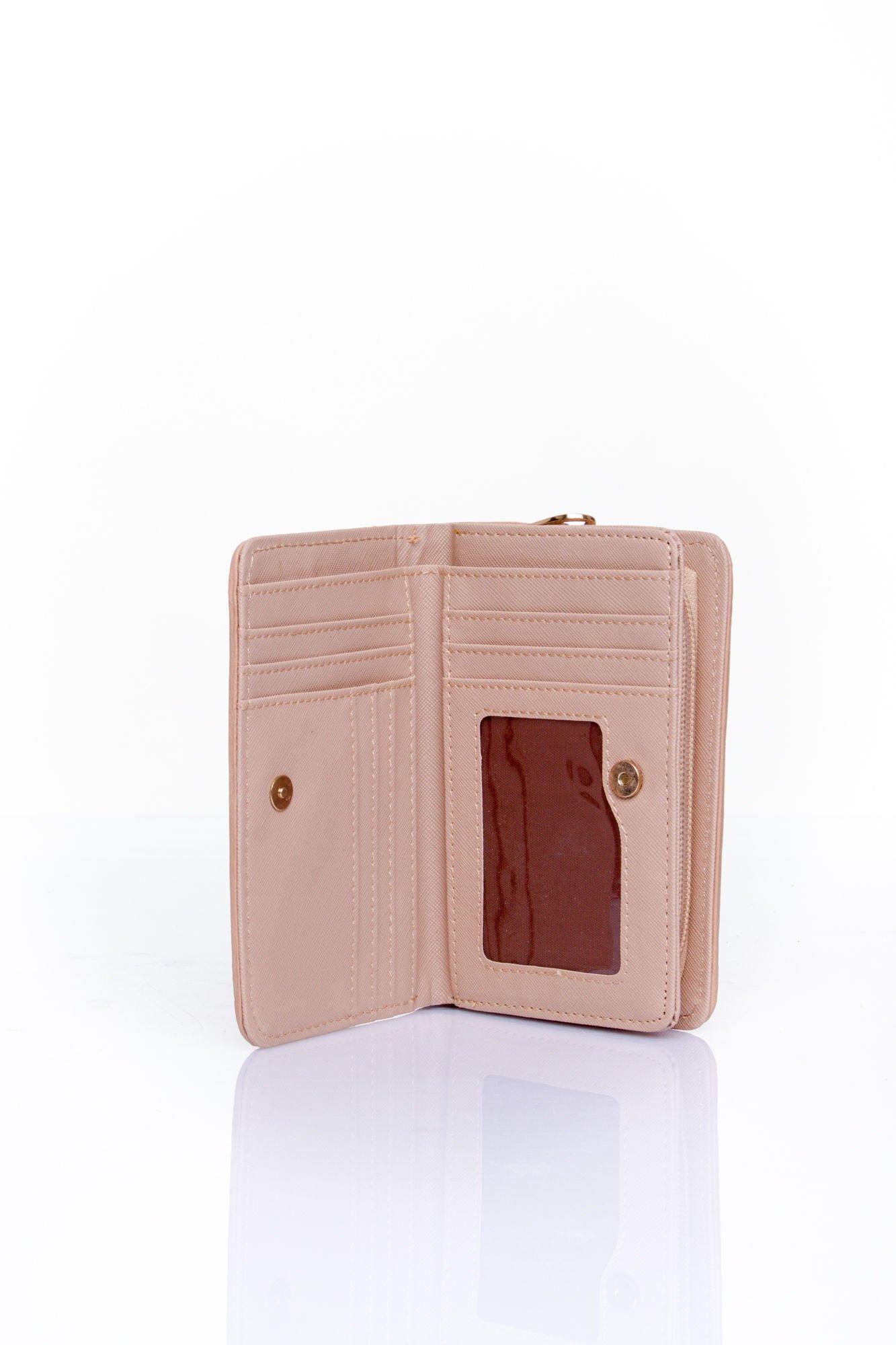 Beżowy portfel z motywem geometrycznej plecionki                                  zdj.                                  3
