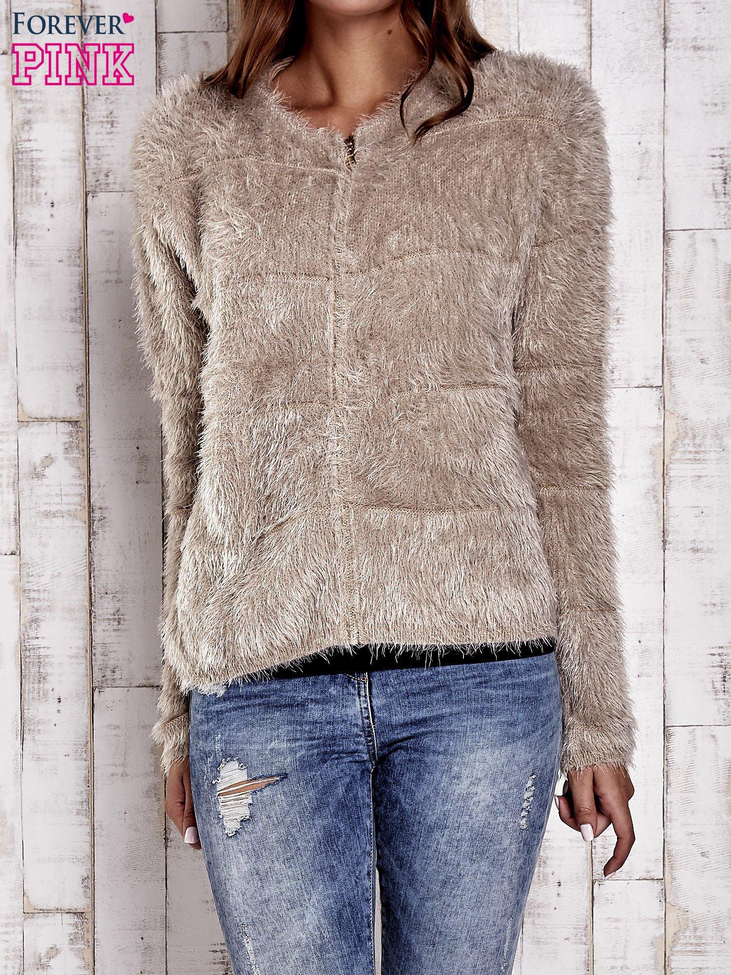 Beżowy puszysty sweter zapinany na suwak                                  zdj.                                  1