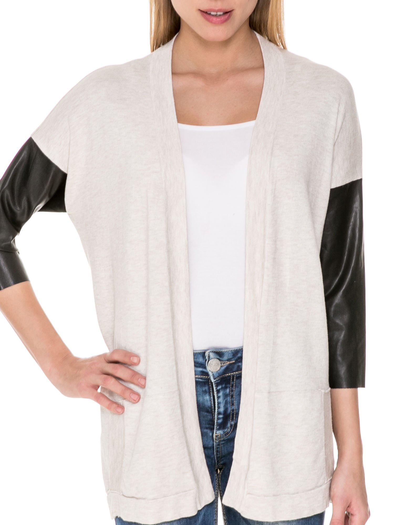 Beżowy sweter kardigan ze skórzanym rękawami 3/4                                  zdj.                                  5
