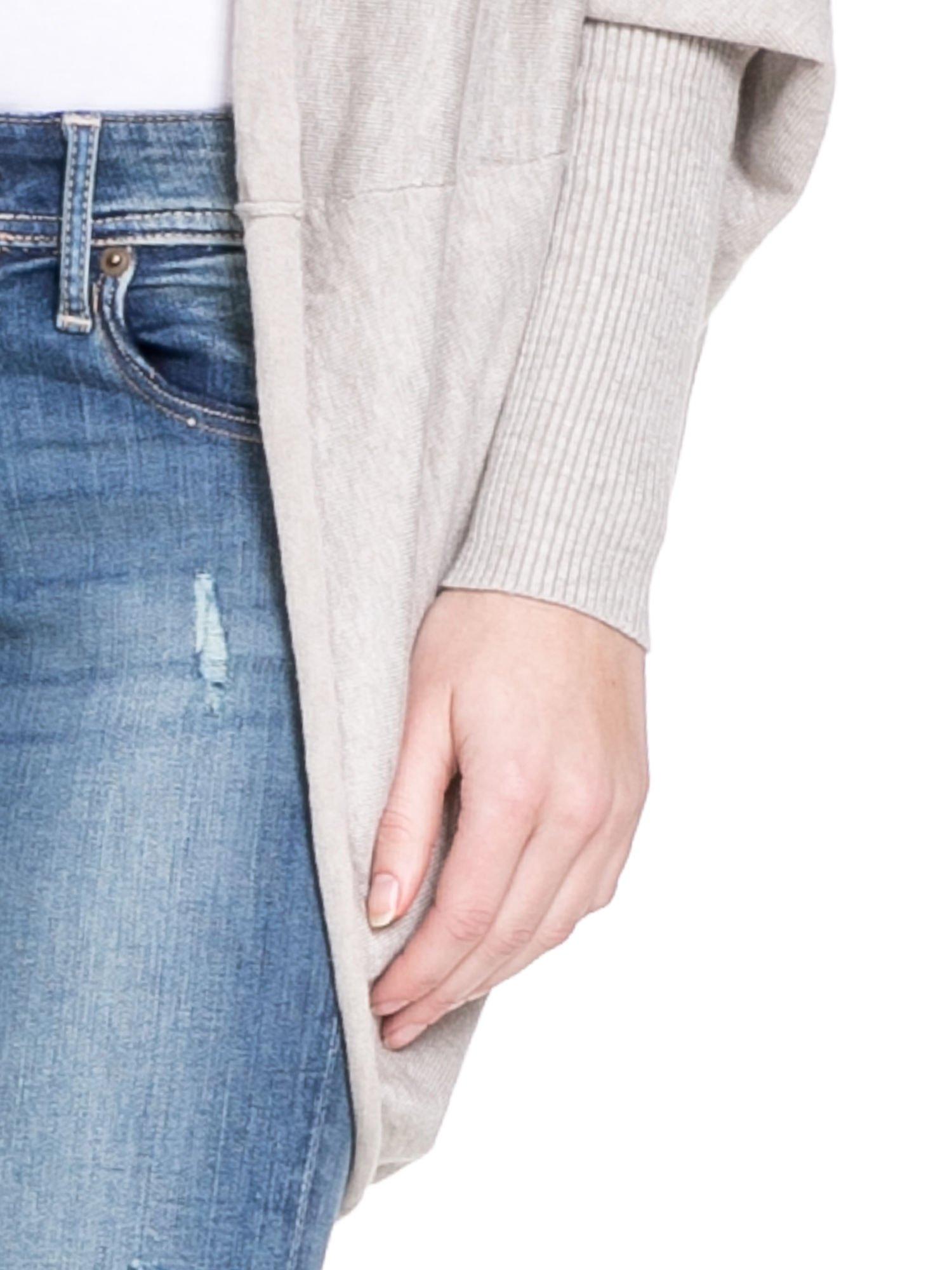 Beżowy sweter narzutka z nietoperzowymi rekawami                                  zdj.                                  6