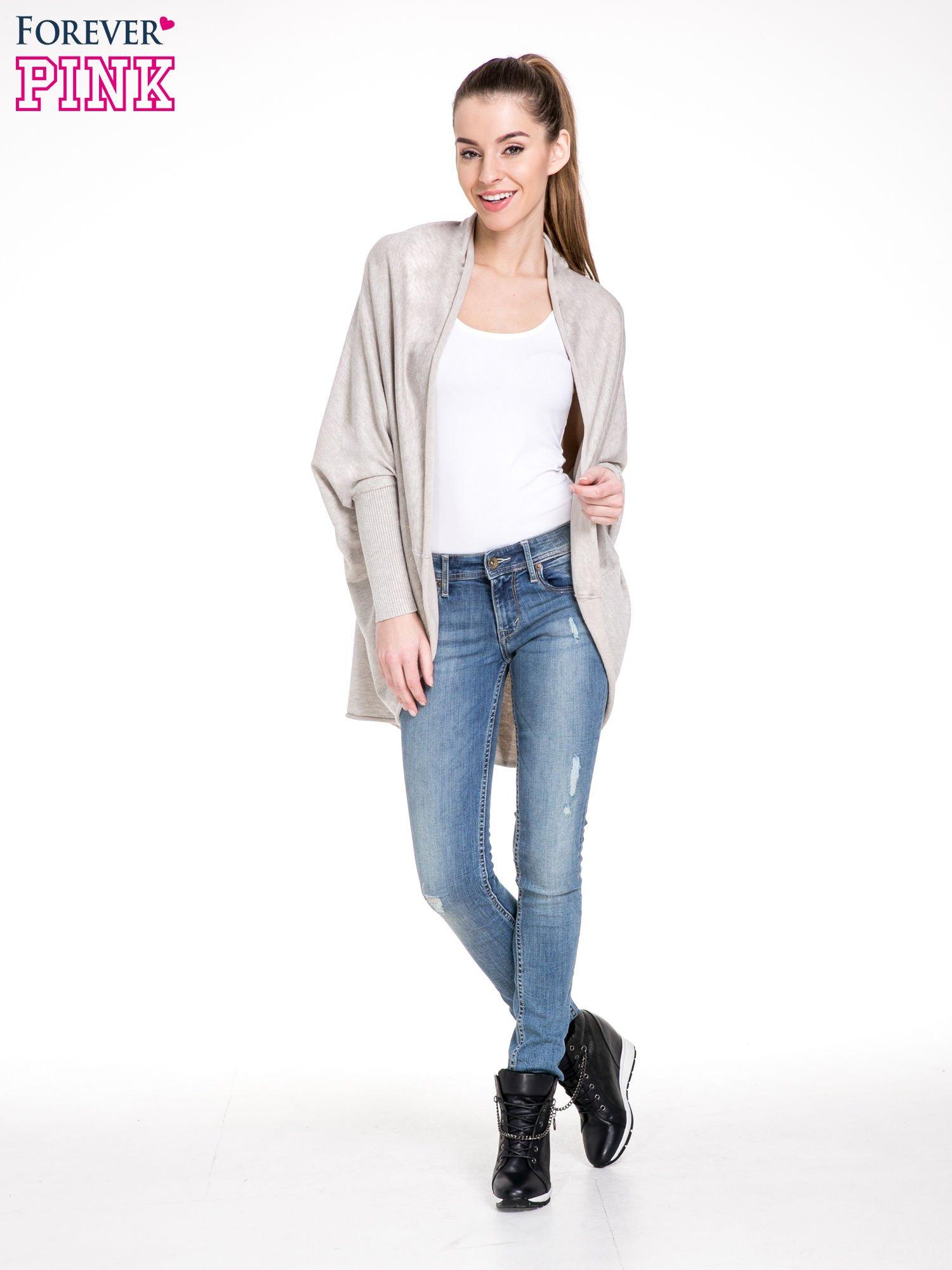 Beżowy sweter narzutka z nietoperzowymi rekawami                                  zdj.                                  2