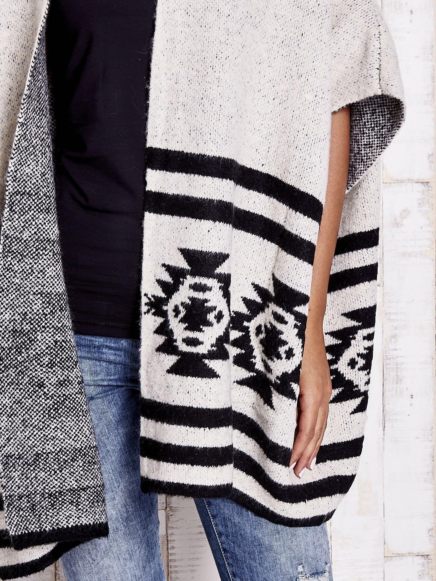 Beżowy sweter oversize w azteckie wzory                                  zdj.                                  7