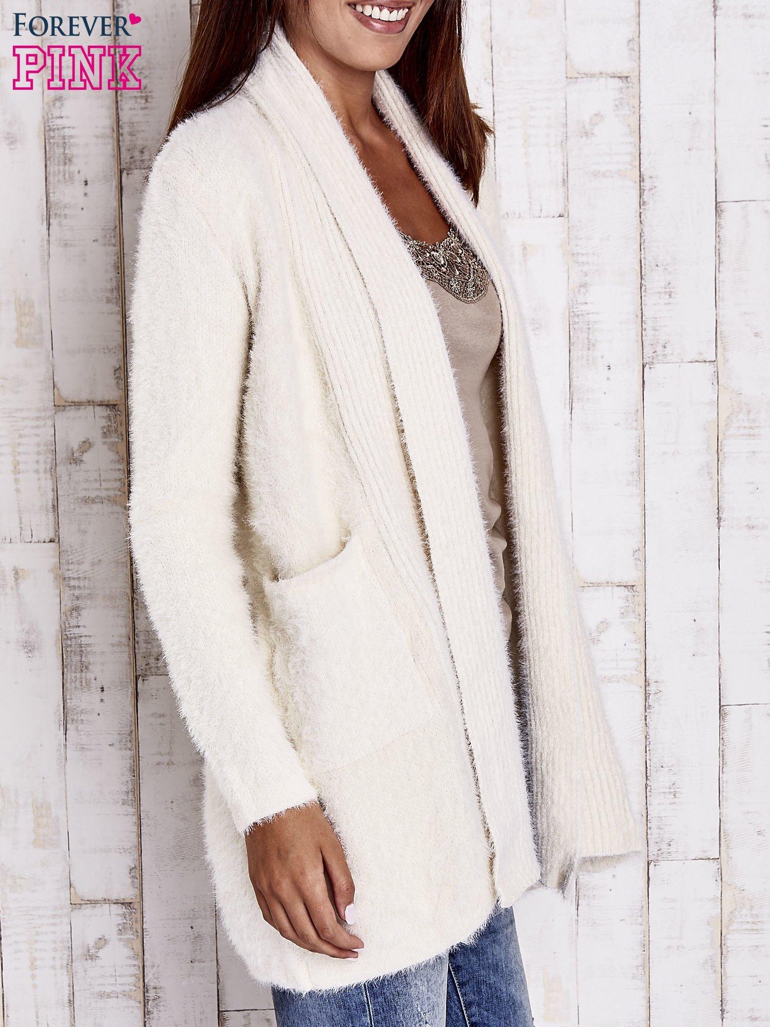 Beżowy sweter oversize z kieszeniami                                  zdj.                                  3