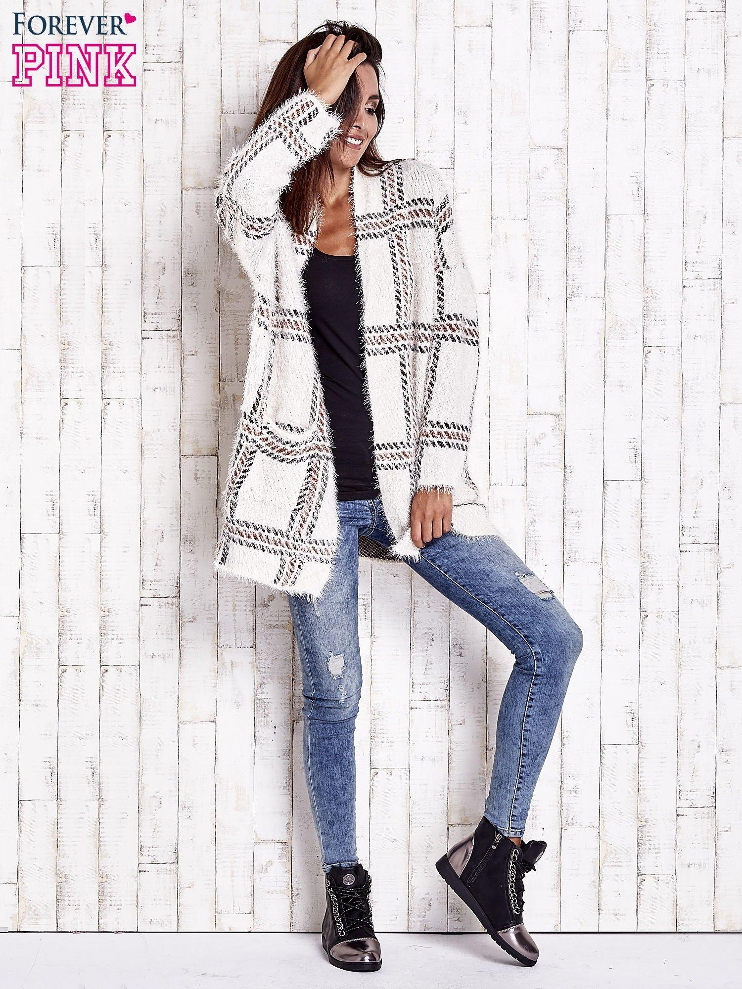 Beżowy sweter w kratę z kieszeniami                                  zdj.                                  2