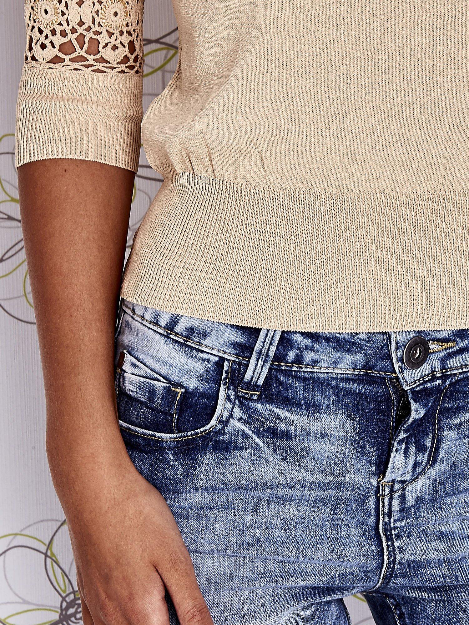Beżowy sweter z golfem i ażurowymi rękawami                                  zdj.                                  5