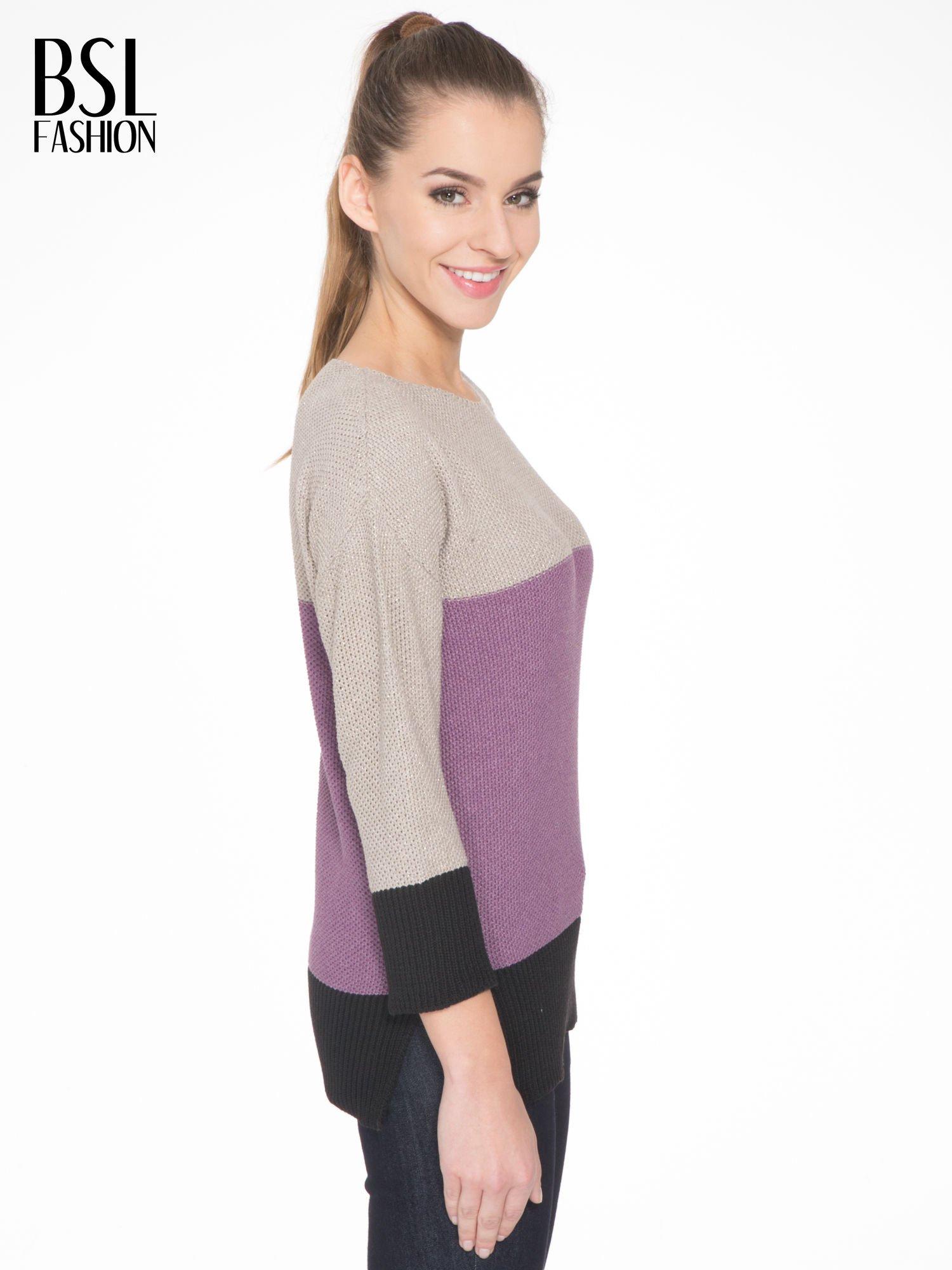 Beżowy sweter z modułami przeplatany błyszczącą nicią                                  zdj.                                  3