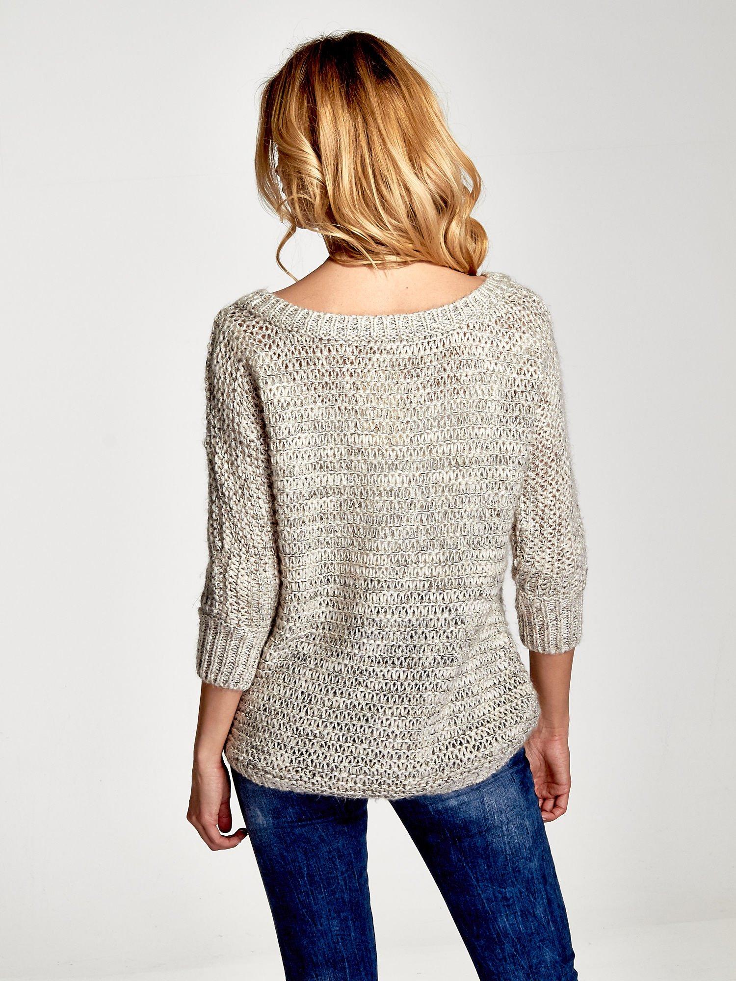 Beżowy sweter z szerokim dekoltem                                  zdj.                                  2