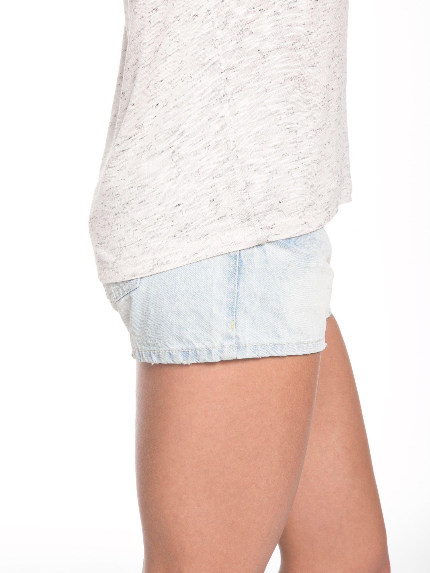 Beżowy t-shirt z kontrastowymi rękawami cut out                                  zdj.                                  8