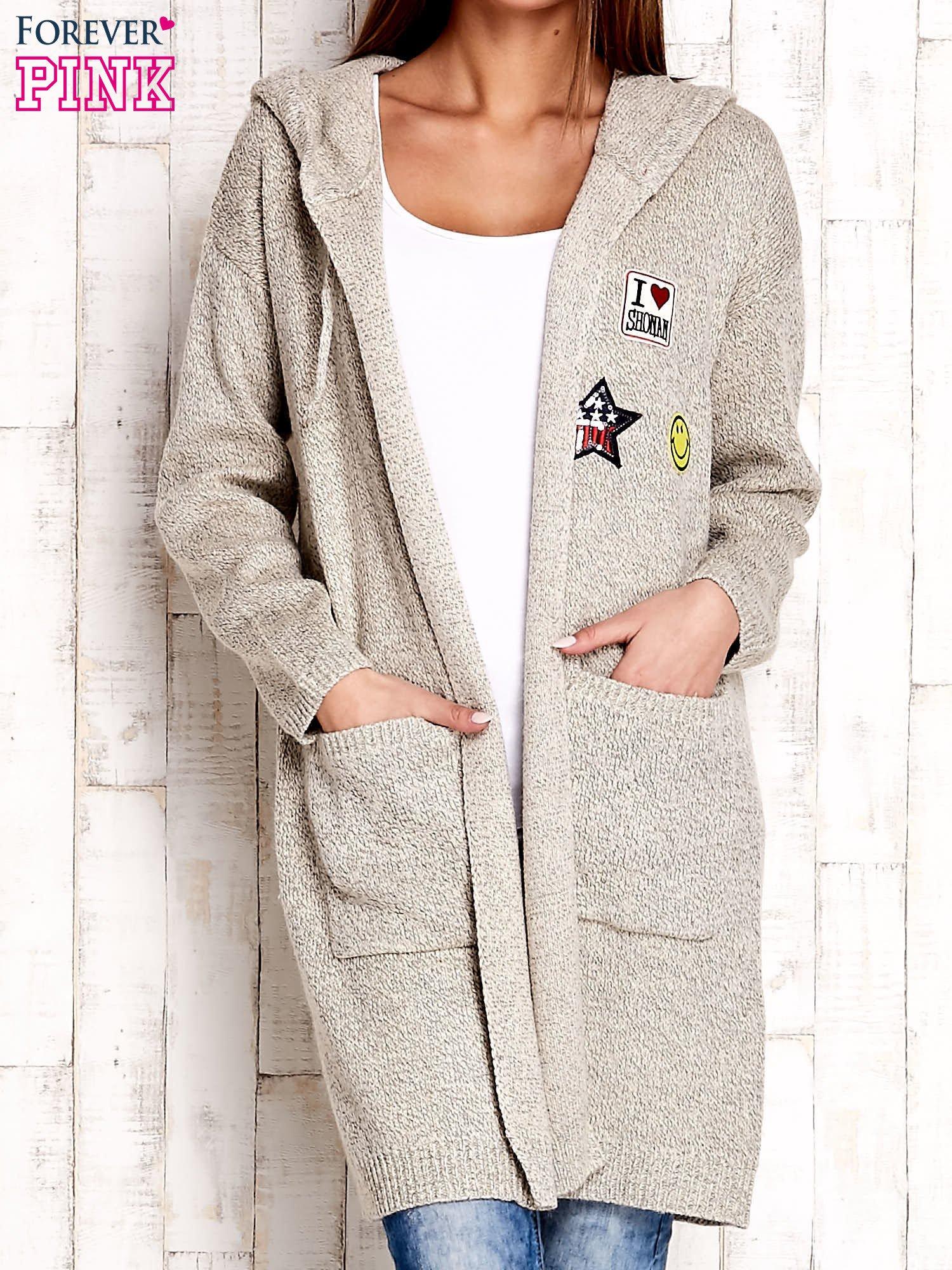 Beżowy wełniany sweter z naszywkami i kapturem                                  zdj.                                  1