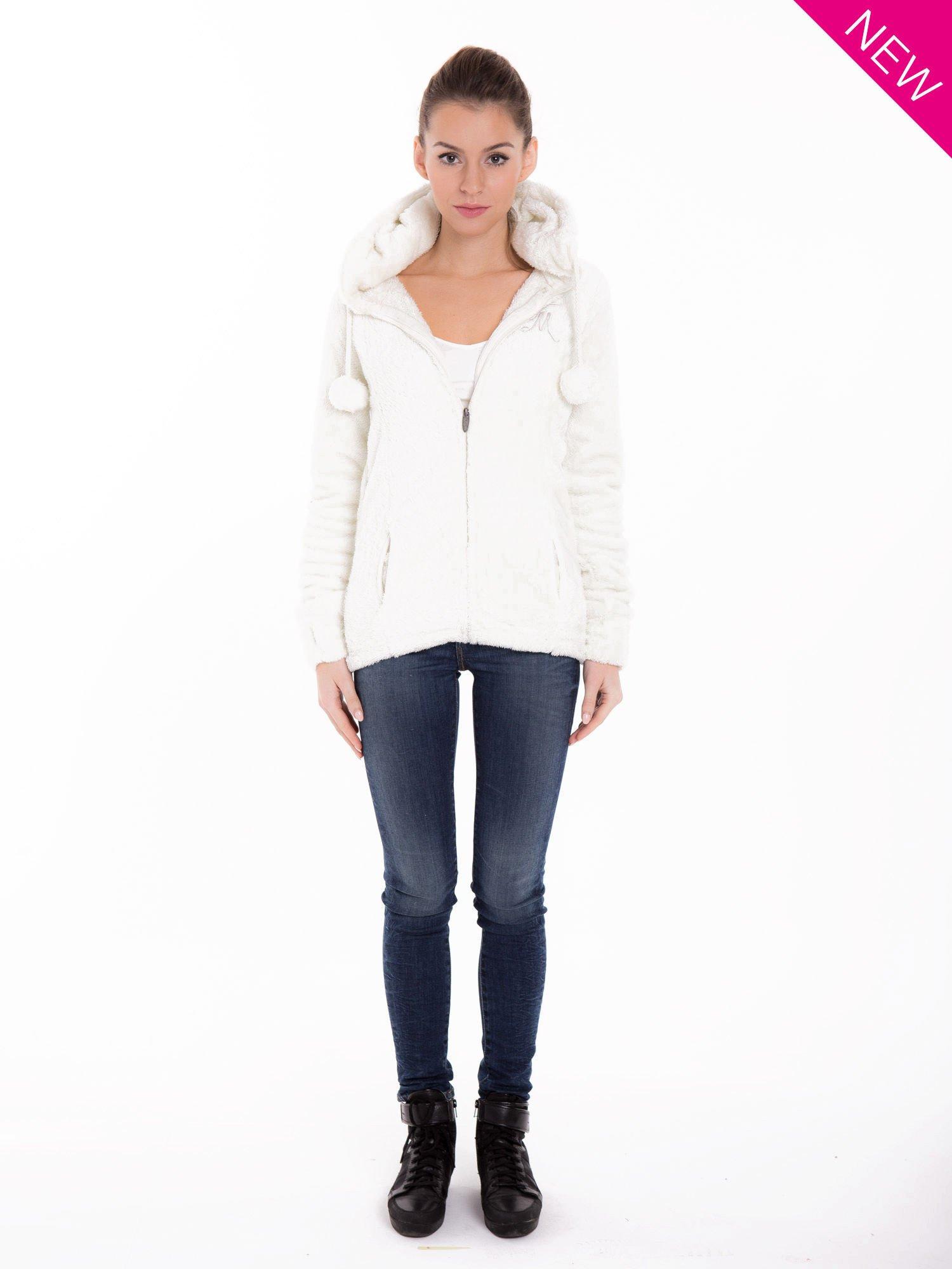 Biała bluza polarowa z kapturem z pomponikami                                  zdj.                                  4