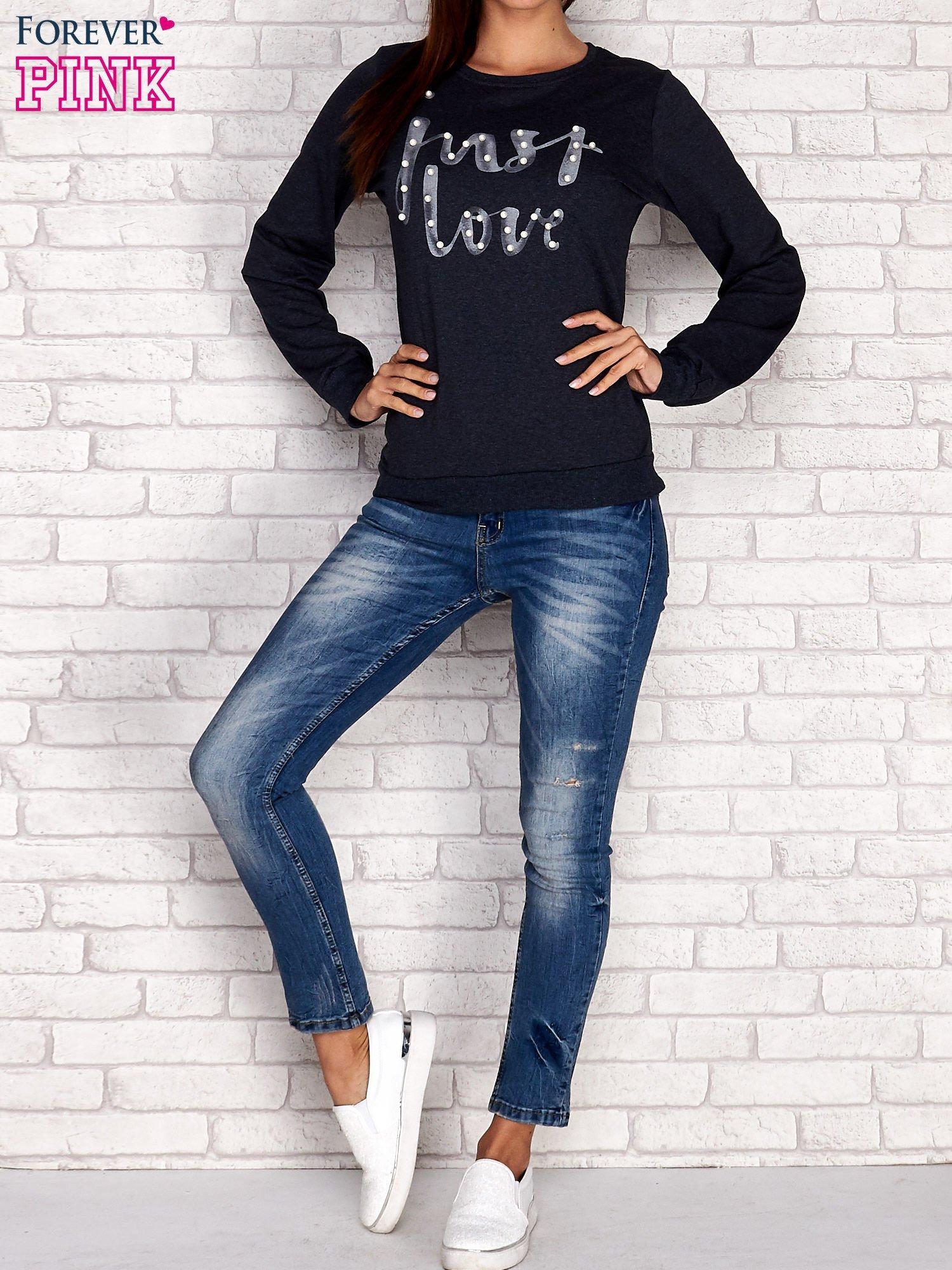 Biała bluza z napisem JUST LOVE i perełkami                                  zdj.                                  4