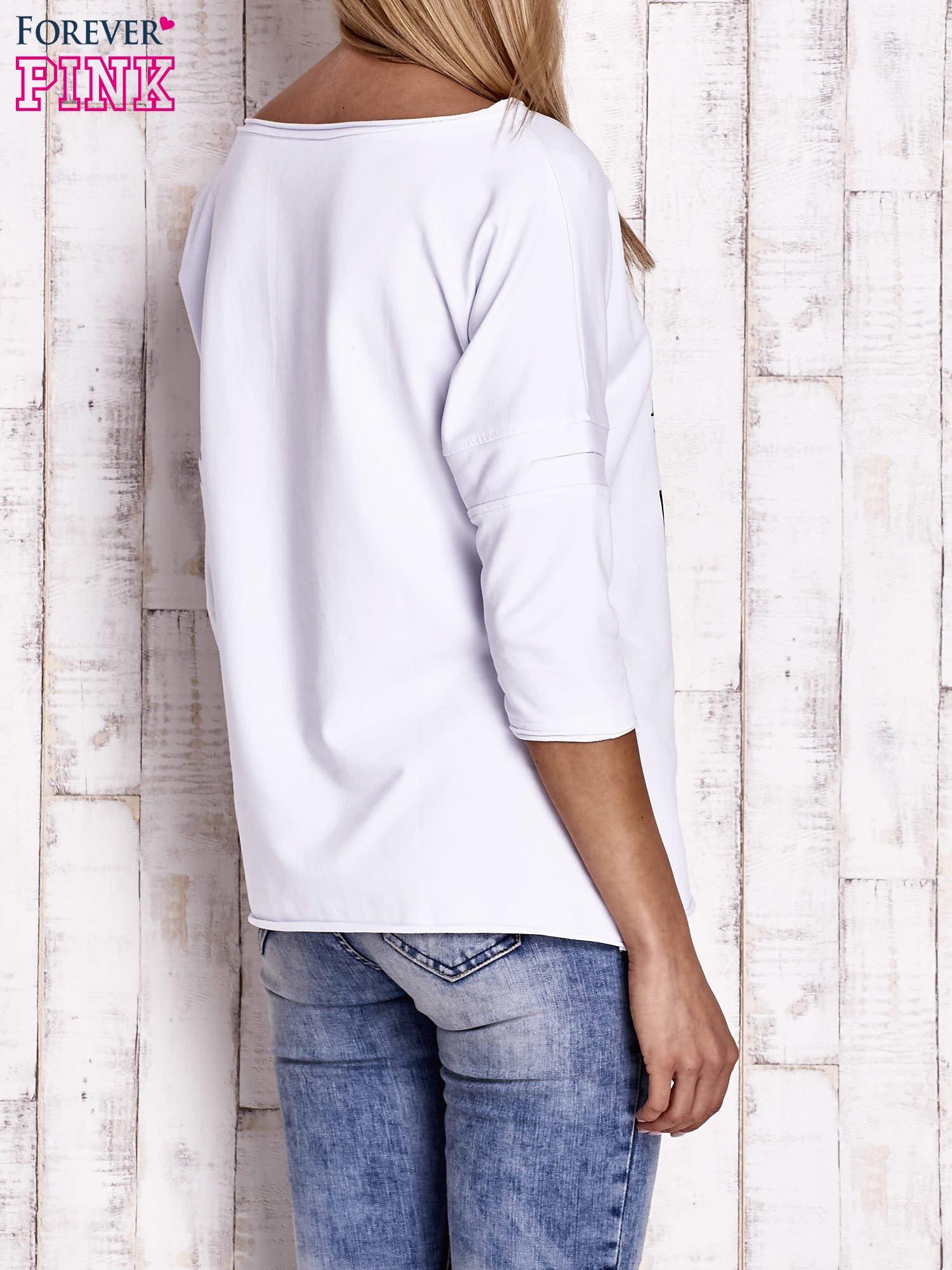 Biała bluzka oversize z nadrukiem i surowym wykończeniem                                  zdj.                                  4