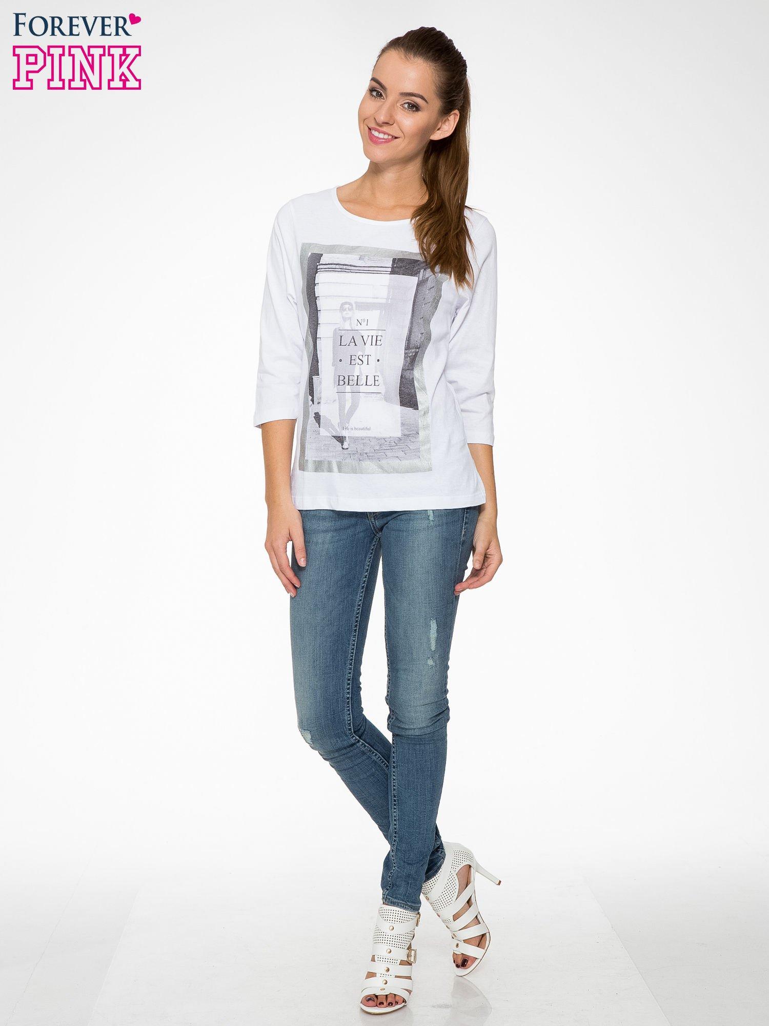 Biała bluzka w stylu fashion z nadrukiem LA VIE EST BELLE                                  zdj.                                  5