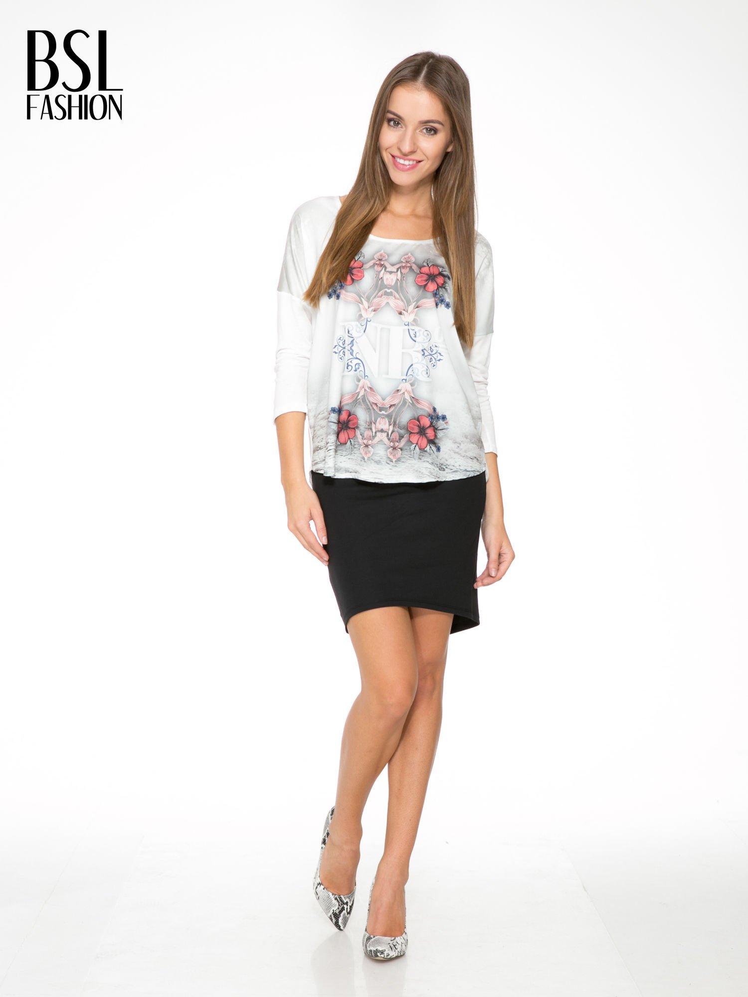 Biała bluzka z kwiatowym ornamentem i rękawami 3/4                                  zdj.                                  2