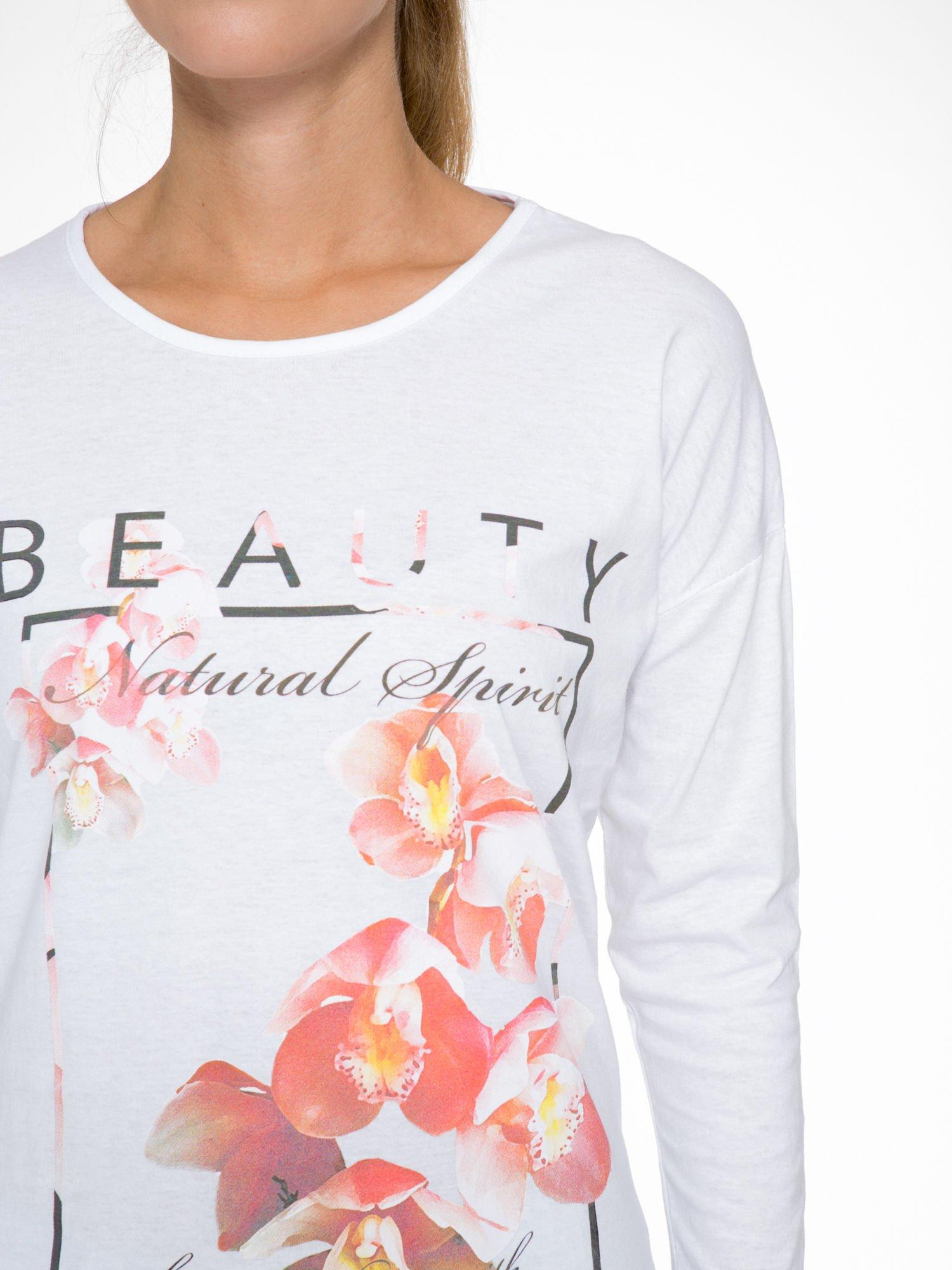 Biała bluzka z nadrukiem kwiatowym i napisem BEAUTY                                  zdj.                                  6