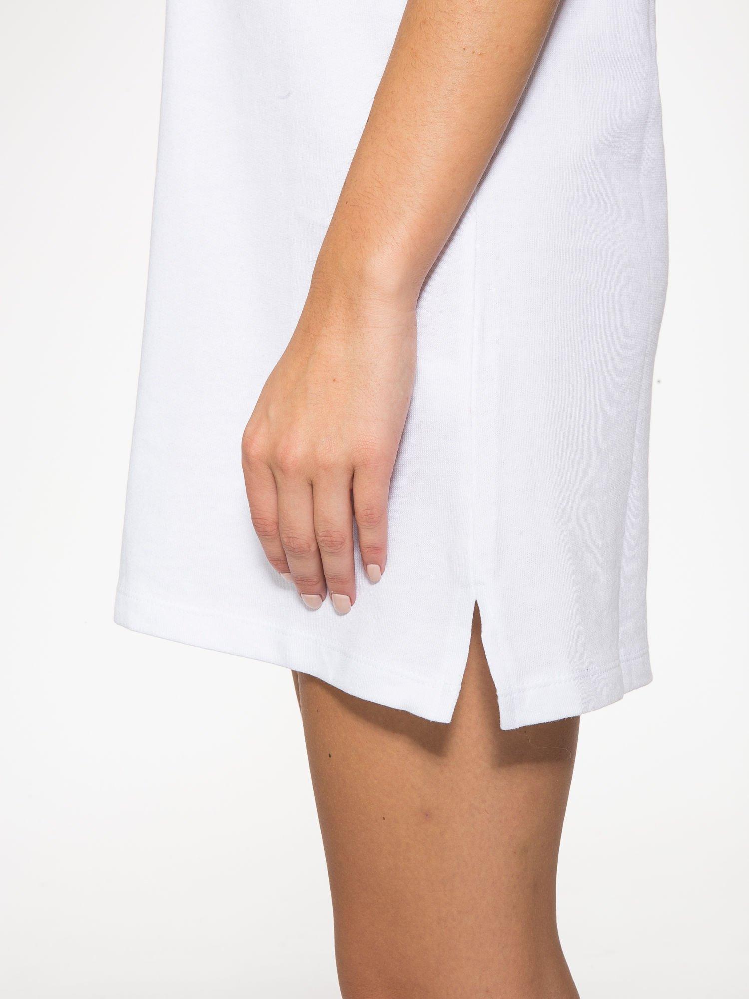 Biała bluzosukienka z kapturem i wycięciem na plecach                                  zdj.                                  10
