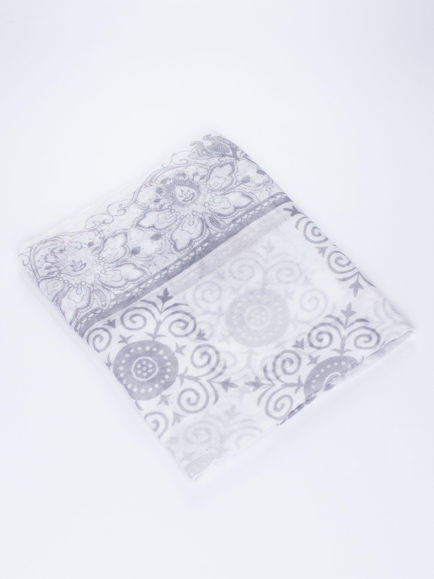 Biała chusta z dekoracyjnym ornamentem                                  zdj.                                  3