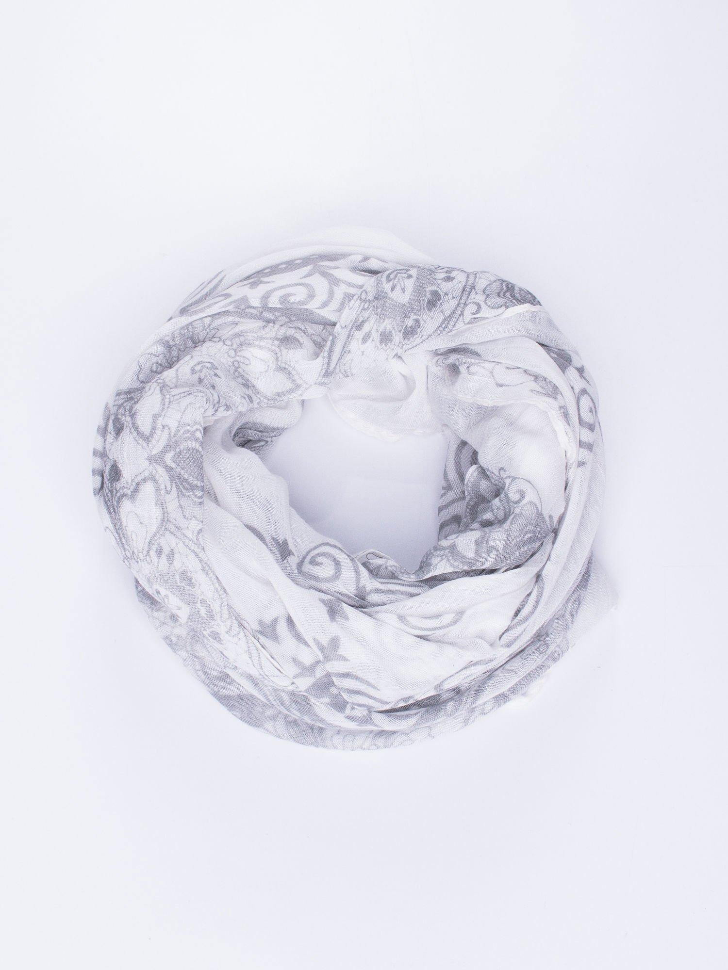 Biała chusta z dekoracyjnym ornamentem                                  zdj.                                  2