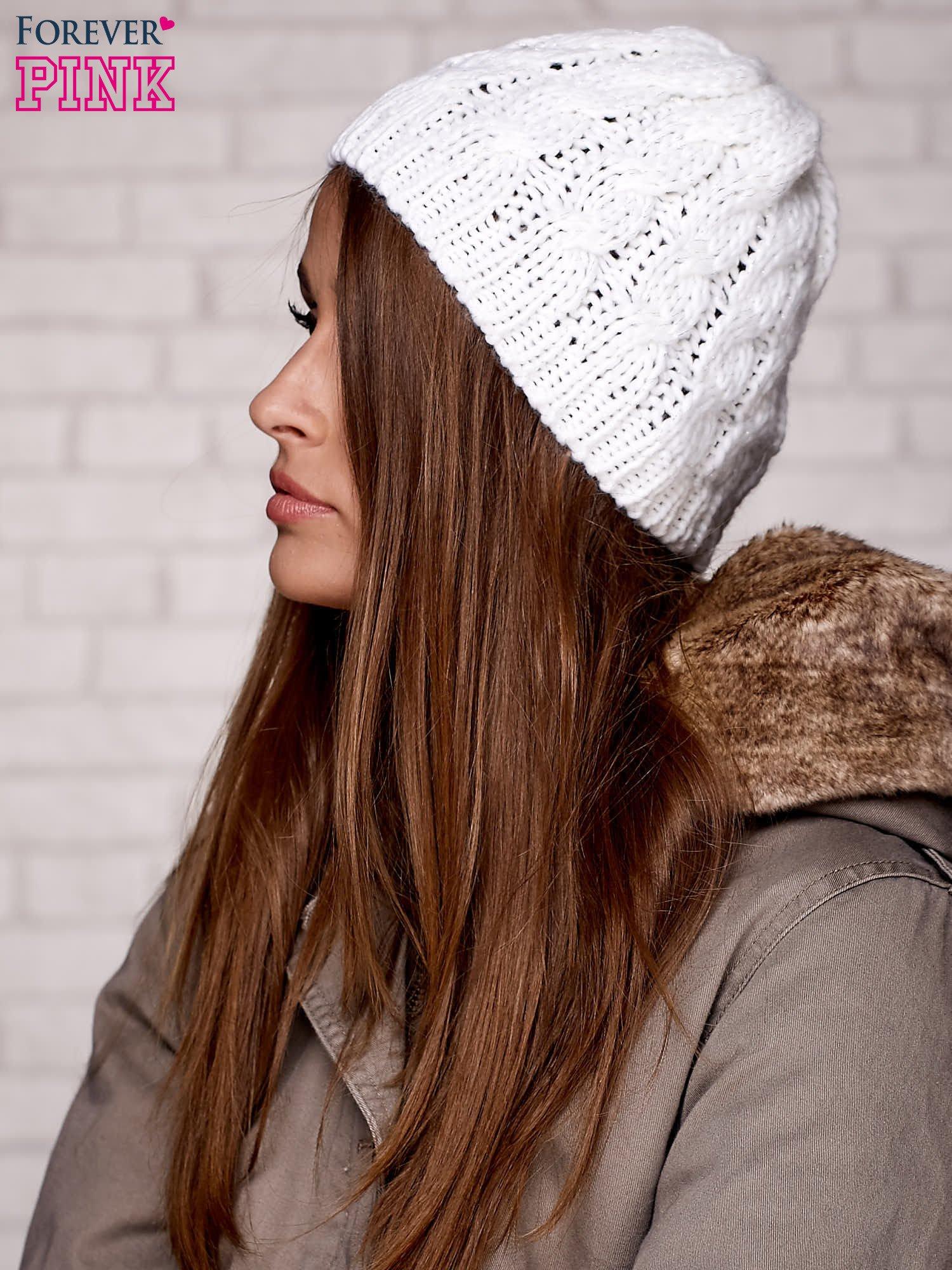 Biała czapka z metaliczną nicią                                  zdj.                                  2