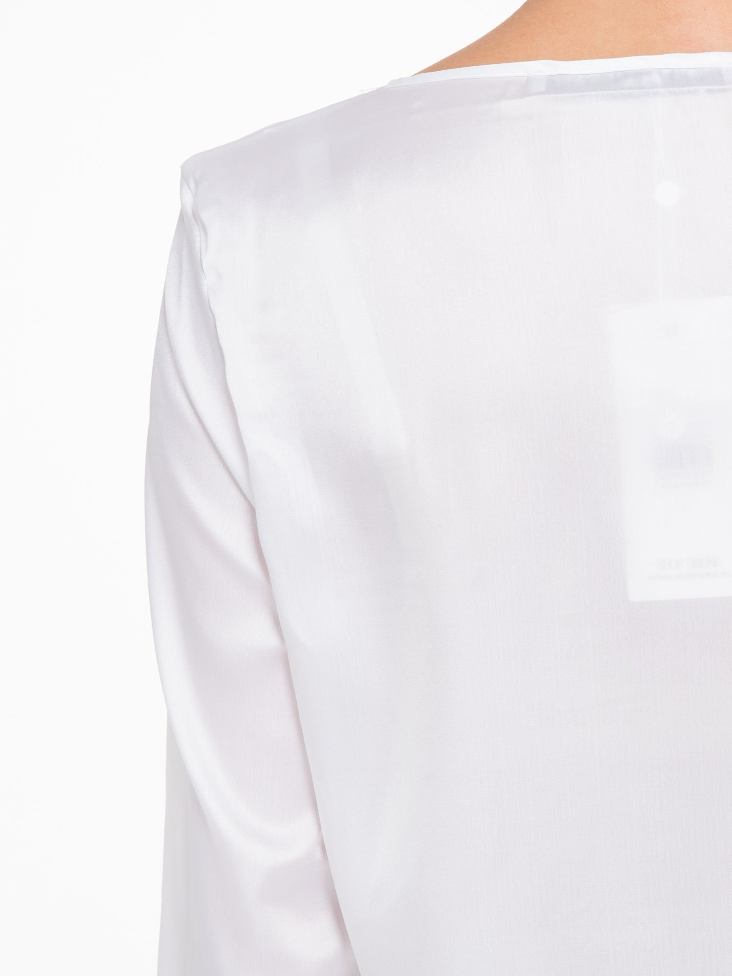 Biała elegancka atłasowa koszula z zakładkami przy dekolcie                                  zdj.                                  9