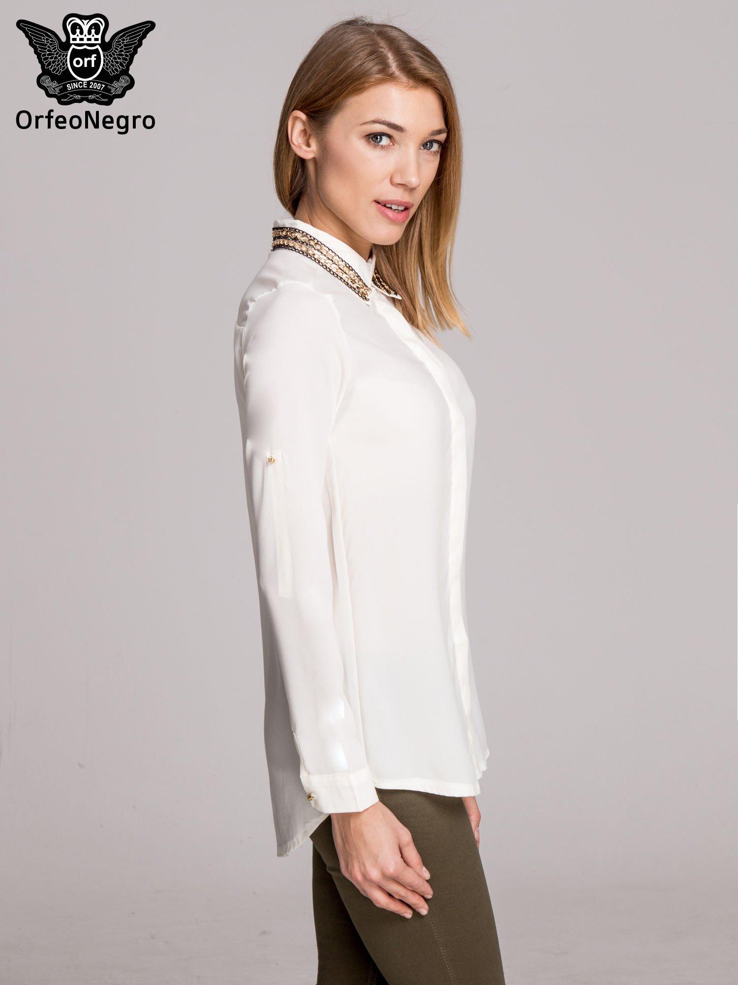 Biała elegancka koszula z kołnierzykiem z łańcuszkami                                  zdj.                                  3