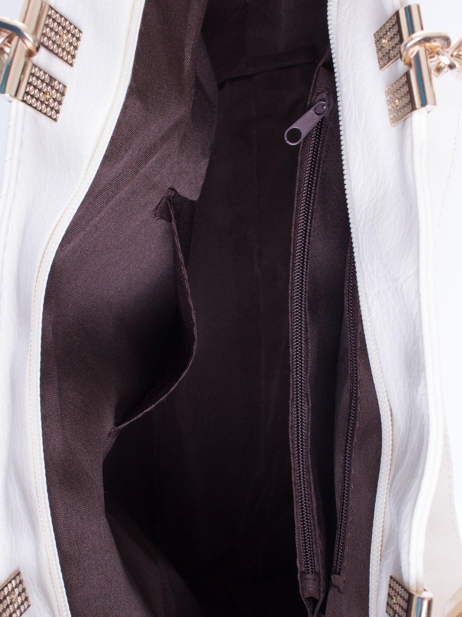 Biała fakturowana torebka damska ze złotymi okuciami                                  zdj.                                  5